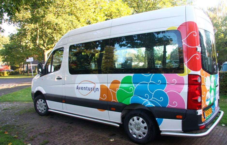 Nieuwe bus voor Aventurijn waarmee de kinderen kunnen worden vervoerd